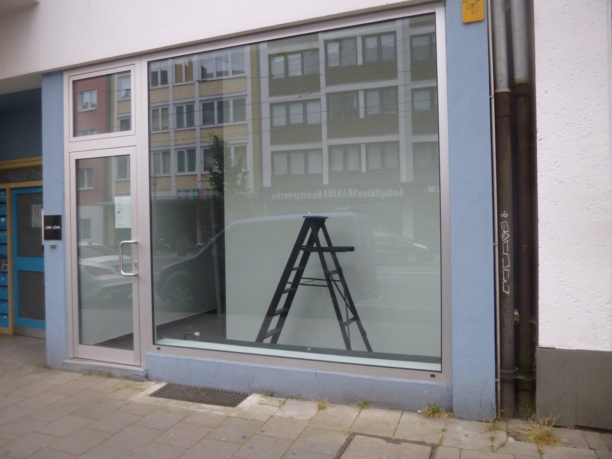 Schaufenster - schwarze Leiter