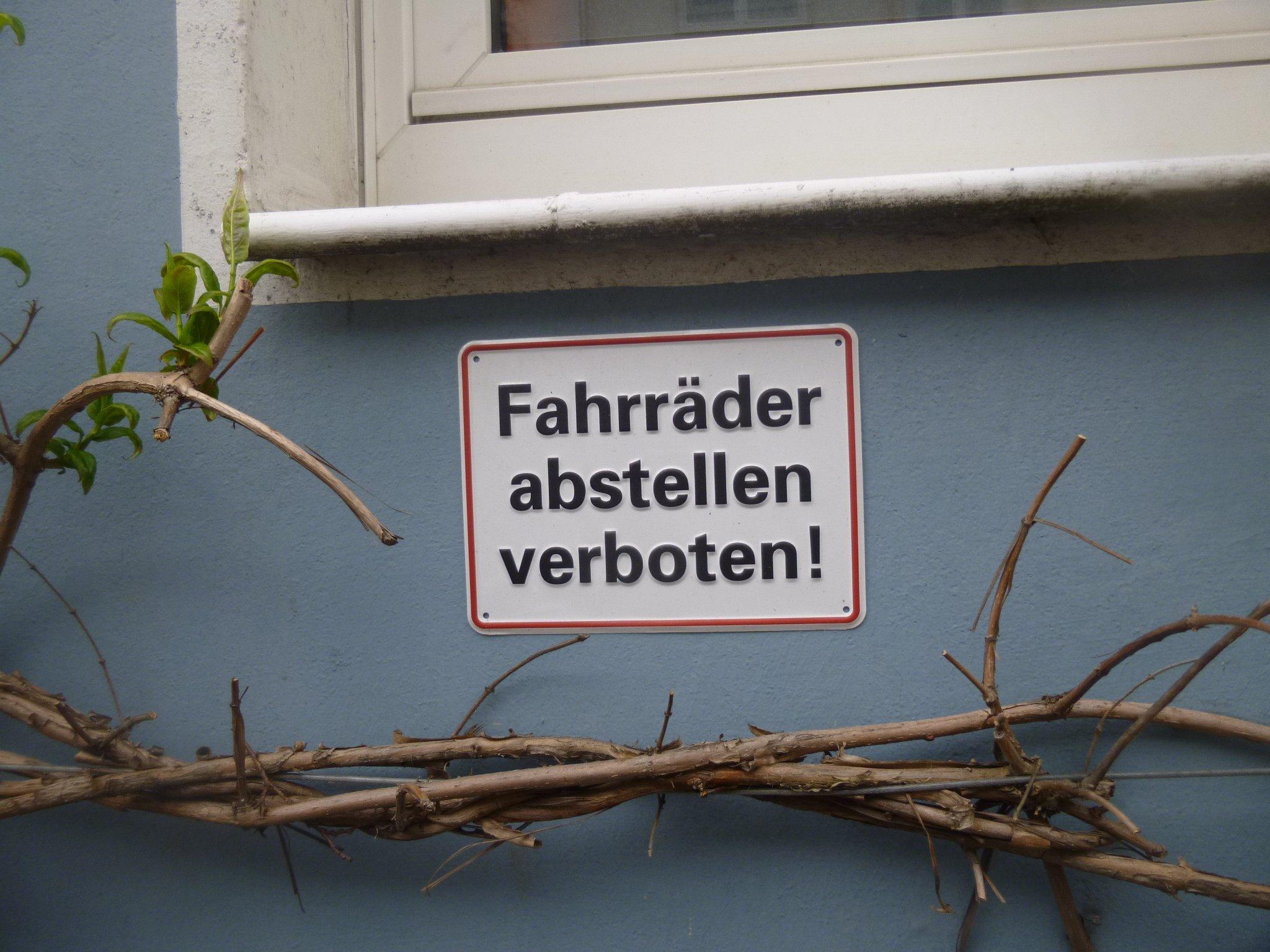 Fahrräder abstellen verboten!